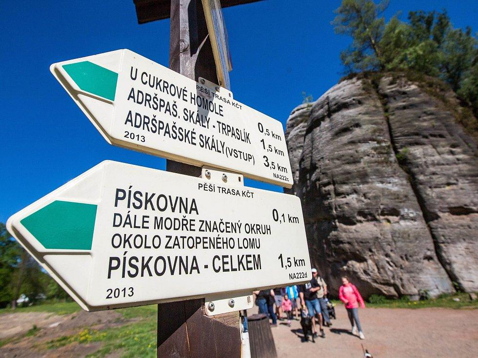 Skalní město Adršpach je o víkendech a prázdninách po velkým náporem tisíce turistů. Mnohdy zde kolabuje doprava.