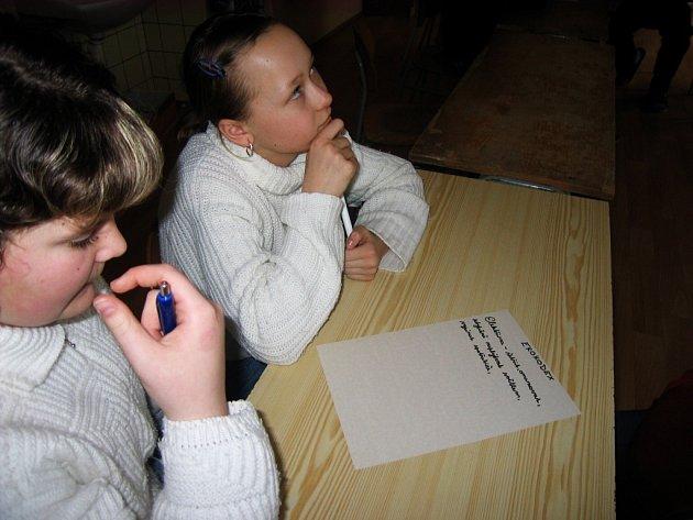 Žáci machovské školy při  při tvorbě ekokodexu. odměnou za jejich úsili jim je udělený titul Ekoškola.