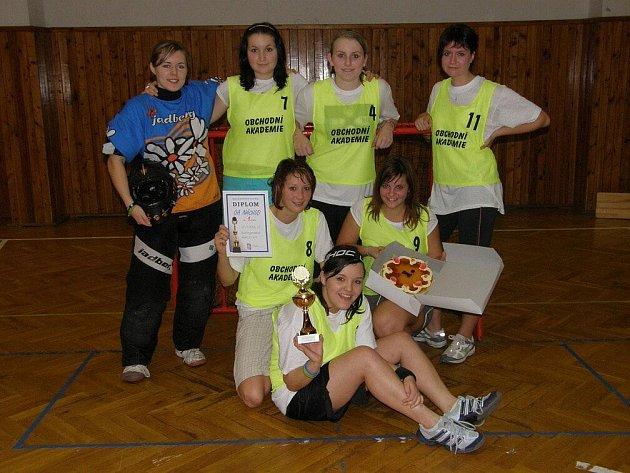 Vítězný florbalový tým dívek náchodské Obchodní akademie, který dominoval okresním kolu středních škol.