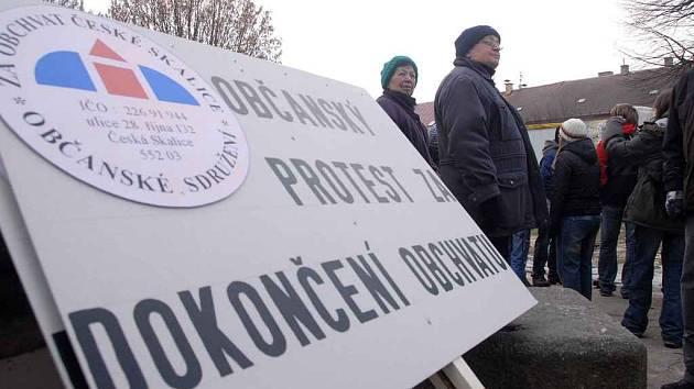 Protestní blokáda dopravy za dokončení obchvatu v České Skalicei ve čtvrtek 29. ledna 2009.