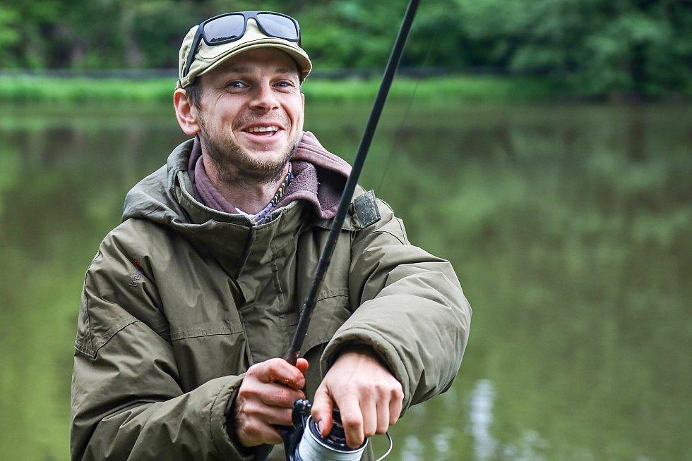 U rybníka Podborný nahazovali rybáři udice.
