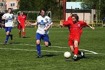 Náchodský starší dorostenec Matěj Tolda (v červeném) právě střílí vedoucí gól Náchoda.
