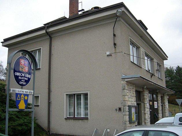 Přímo v Obecním úřadě  (na snímku) je od ledna zřízeno výdejní místo České pošty. Zásilky občanům vydává starostka.