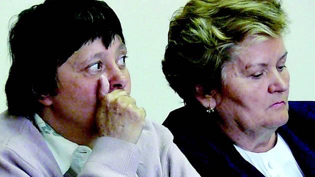 """Ivana Bernardová (vlevo) prohrála pětiletý spor o dítě. """"Půjdu až do Štrasburku. Nevidím jinou cestu,"""" uvedla. Na snímku vpravo naslouchá verdiktu soudu  i právní zástupkyně matky Eva Dluhošová."""