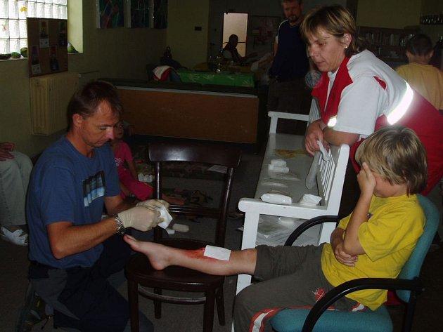 Každý, , kdo přišel na Den první pomoci, si na figurantech mohl vyzkoušet různé druhy ošetření.