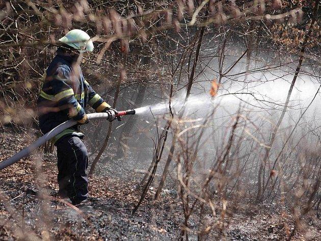 Požár trávy v Náchodě.