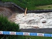 Úpa řádila. Hladina řeky překročila třetí stupeň povodňové aktivity. Evakuováno bylo Staré bělidlo a mlýn.