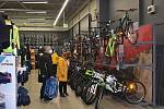 Blíží se jaro a zákazníci okukují kola.