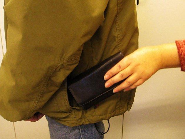 Mít naditou peněženku jen tak volně v kapse bundy je pro kapsáře neodolatelné pokušení.