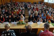 V minulosti proběhla schůze učitelů a rodičů kvůli odvolání ředitele ZŠ Krčín. Ředitel se nedostavil.