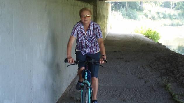 Cyklostezka by mohla vést také pod mostem u celnice. Cyklisté by se vyhnuli dopravě.