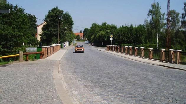 S rekonstrukcí mostu v Josefově se začalo vloni  březnu. Probíhala hladce a dnes už řidiči uhánějí po mostě novém, který má historický vzhled.