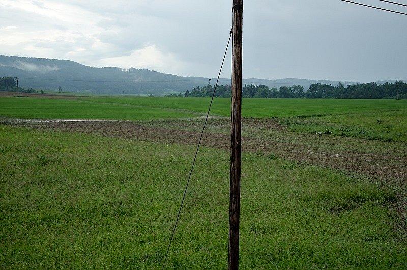 V OLIVĚTÍNĚ, místní části Broumova, spláchl přívalový déšť ornici z pole. Voda s blátem a štěrkem se valila na silnici, domky i železniční trať.