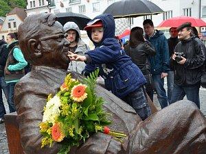 DO NÁCHODA se vrátil zdejší rodák, spisovatel Josef Škvorecký. Od května ho připomíná socha na Masarykově náměstí.