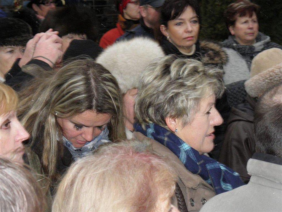 Na Boženu Němcovou vzpomínaly i její prapravnučka - na snímku s modrou kostkovanou šálou společně se svou dcerou (stojící za ní).