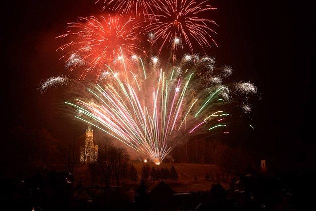 Novoroční ohňostroj ve Velkém Poříčí.