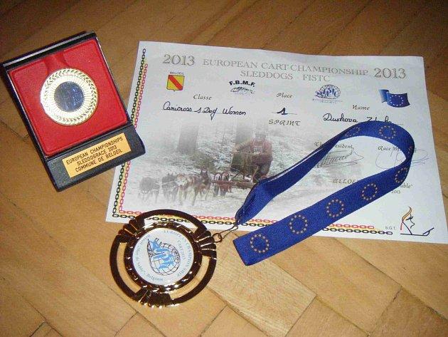 PAMĚTNÍ plaketa, zlatá medaile a diplom Zdeny Duškové.