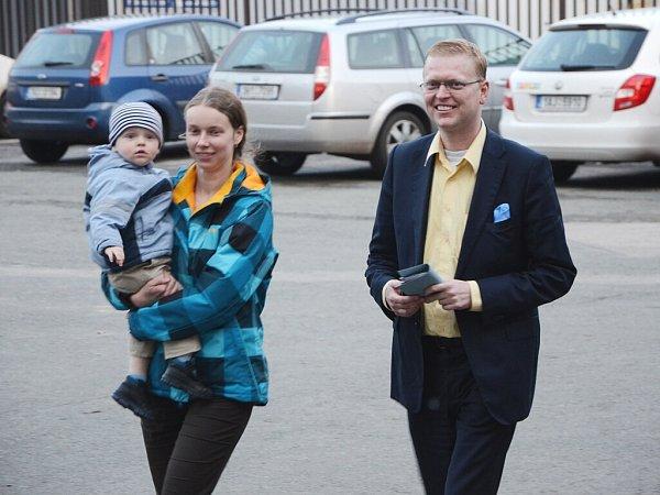 CELOREPUBLIKOVÝ PŘEDSEDA KDU-ČSL Pavel Bělobrádek šel odvolit smanželkou a se synem vpodvečer do volební místnosti vKladské ulici vNáchodě.
