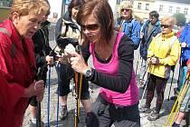 Skupinka přibližně patnácti lidí se sešla v deset hodin na náměstí, kde se nejprve konaly ukázky techniky nordic walking.