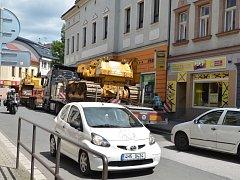 Řidič s nadrozměrným nákladem vjel neoprávněně do středu města a zablokoval veškerou dopravu na výjezdu do ulice Komenského, kudy je vedena objízdná trasa. Vozidlo má navíc technickou závadu.