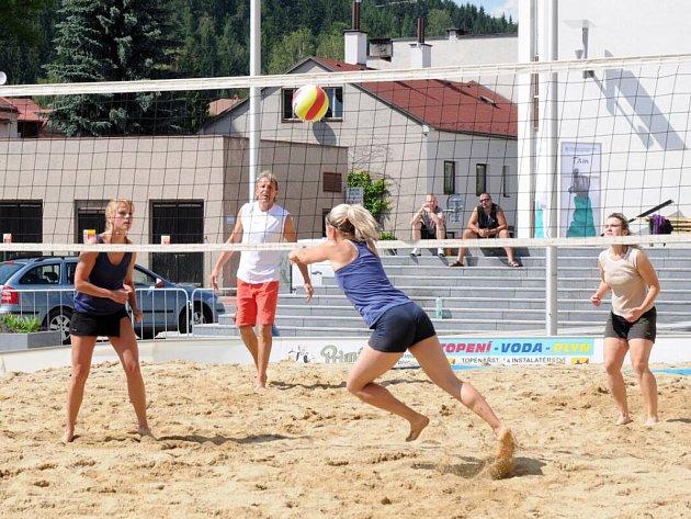 Plážový volejbal na hronovském náměstí.