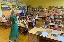 Prvňáci a druháci ZŠ Hradební Broumov dostali dnes od svých třídních učitelek vysvědčení a začaly jim prázdniny.