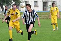 Neuvěřitelnou gólovou smršť předvedl doma Hronov (v pruhovaném), který nasázel Božanovu jedenáct branek.