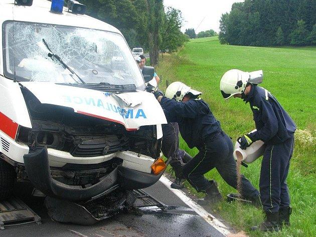 Nehoda sanitky u Červeného Kostelce.