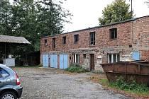 Dvůr za městským úřadem, kde stojí chátrající budovy a kůlny, čeká na celkovou revitalizaci.