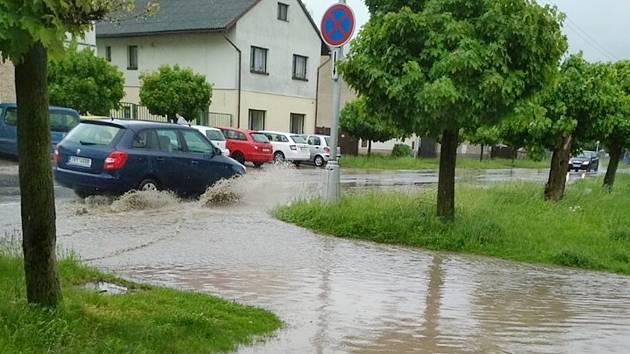 Krčínem se valila voda, ze silnice byla ve chvíli řeka.
