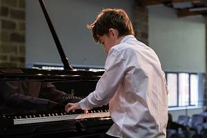 Své výkony představili v rámci 11. ročníku soutěže Broumovská klávesa klavíristé ze tří zemí. Z přihlášené čtyřicítky soutěžících se v Broumově nakonec představilo 34 mladých pianistů od nás, Slovenska a Polska.