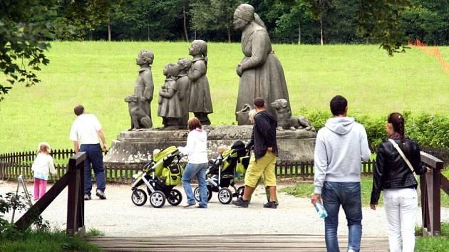 V BABIČČINĚ ÚDOLÍ prožila mladá spisovatelka mládí. Místo se sousoším Babička s dětmi od slavného sochaře Otto Gutfreunda je dnes turisticky atraktivním cílem výletů.
