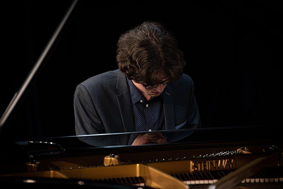 Soutěž probíhá  v areálu broumovského kláštera v multifunkčním sále Dřevník na koncertní klavír Steinway & Sons.