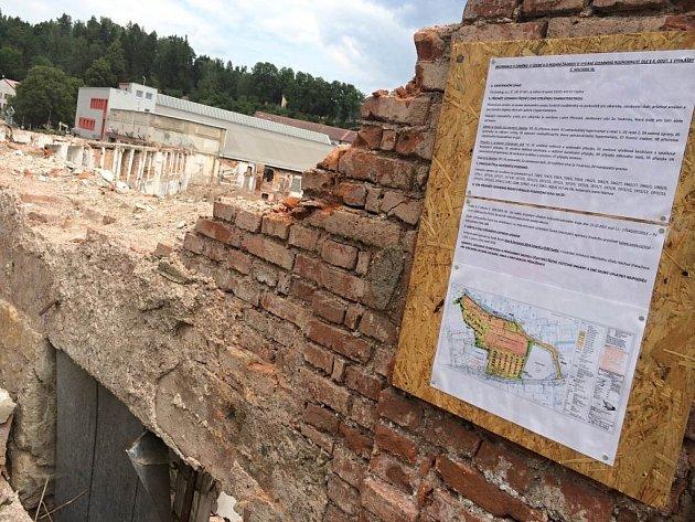 Odpůrci výstavby hypermarketu na místě zdemolované textilky Tepna požadují, aby se ve městě konalo referendum.