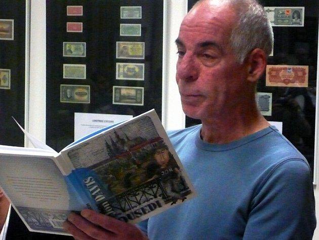 JON DAVIS Z CHICAGA, který žije už jednadvacet roků v Praze, četl své povídky v novoměstské knihovně.
