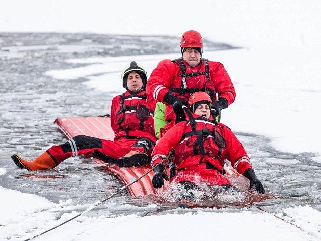 Z MRAZIVÉ VODY přehradní nádrže Rozkoš zachraňovali tonoucí profesionální hasiči z Náchoda a Jaroměře. Tonuli naštěstí jen vybraní figuranti.