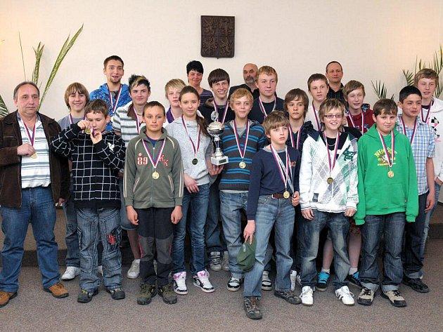 Družstvo hokejistů starších žáků HC Wikov Hronov, kteří zvítězili v krajském přeboru.