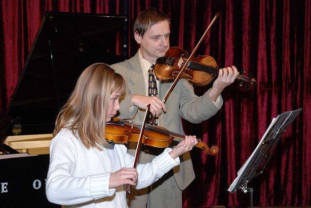 S ředitelem ZUŠ Josefem Vlachem si na housle zahrála Terezie Hejnová.