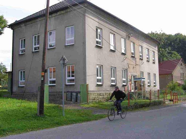 ZÁKLADNÍ ŠKOLA v Suchém Dole se o letních prázdninách dočkala nových oken a vchodových dveří.