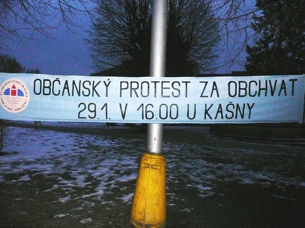 Transparent  na Husově náměstí v České Skalici mluví jasnou řečí. Při dnešním protestu kvůli dosud nedostavěnému silničnímu ochvatu města občané na patnáct minut zablokují dopravu.