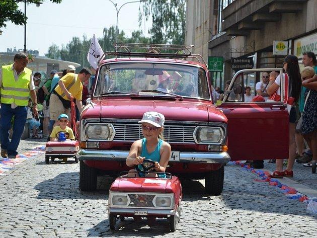Čtvrtý mezinárodní sraz šlapacích vozítek, z nichž největší zastoupení měly dnes už legendární moskviče, se uskutečnil v sobotu v Náchodě.