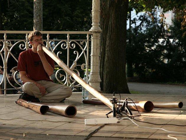 Královéhradecký hudebník Aldaman zahraje na didgeridoo, dechový nástroj australských domorodců.