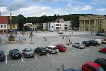 Vydlážděná plocha hronovského náměstí si zatím sympatie obyvatel města ani návštěvníků příliš nezískala. Lidé tu kromě jiného postrádají více zeleně.