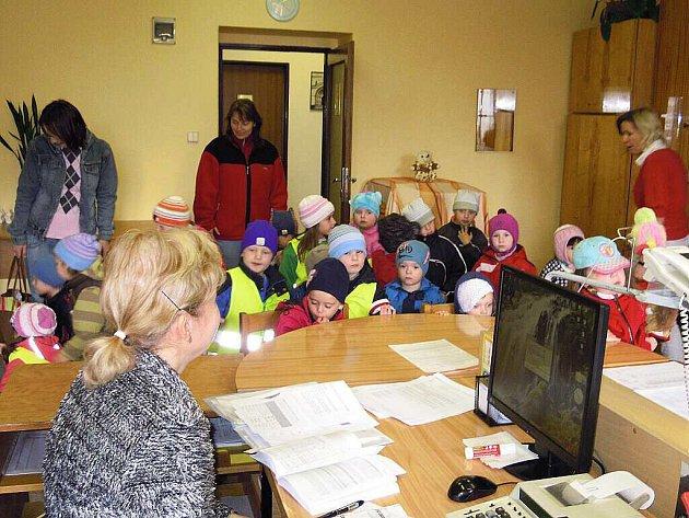 Návštěva Městského úřadu v Polici nad Metují přinesla malým klukům a holčičkám spoustu nových informací a nevšedních zážitků