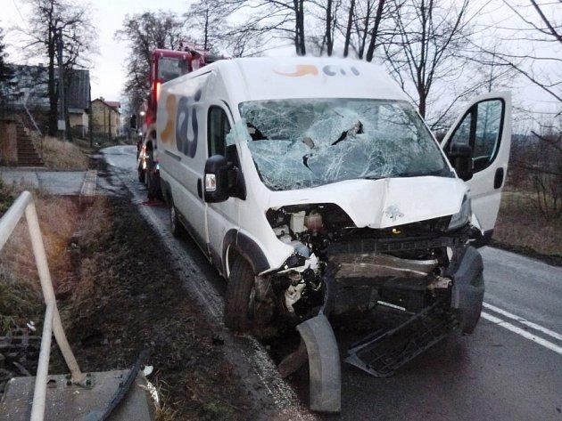 Dodávka na Nový rok krátce po páté hodině ráno narazila do mostku v Broumově- Velké Vsi. Zranění jednoho z cestujících byla vážná, a proto jej záchranáři museli převézt do královéhradeckého traumacentra.