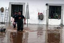 Ratibořice zaplavila velká voda. Evakuováno bylo Staré bělidlo a mlýn.