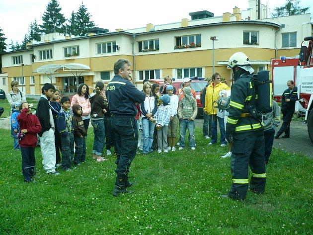 """PRÁZDNINOVÉ SETKÁNÍ. Při této prázdninové příležitosti se """"smajlíci"""" setkali s hasiči."""