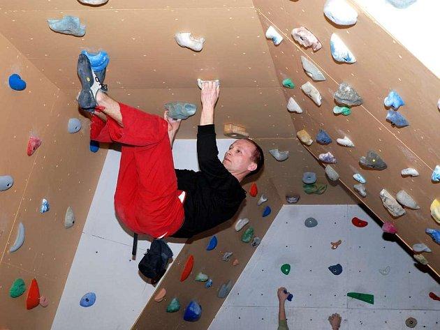 Novou stěnu si lezci mohli hned otestovat.