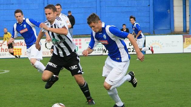 Divizní fotbalisté Náchoda (světlé trenýrky) zakončí úspěšný podzim přátelským zápasem s mladými talentovanými odchovanci.