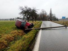 Havárie automobilu u Lhoty pod Hořičkami.